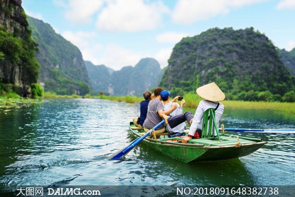 船上看景拍照的一群人摄影高清图片