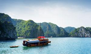 蓝天大山海水游船风光摄影高清图片
