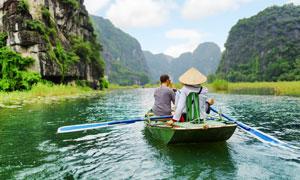 下龙湾景区游览的游人摄影高清图片