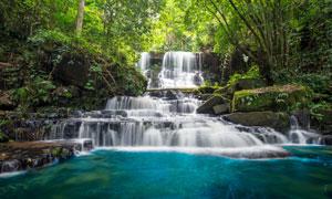 瀑布水潭与郁郁葱葱的树林高清图片