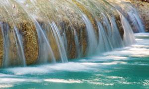 汇合进河流的瀑布风光摄影高清图片