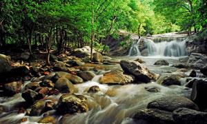 流经乱石堆的瀑布景观摄影高清图片