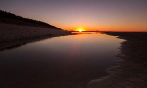 黄昏夕阳照射下的水面摄影高清图片