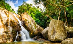 蓝天树林与山上的瀑布摄影高清图片