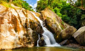 山间石头上的瀑布景观摄影高清图片