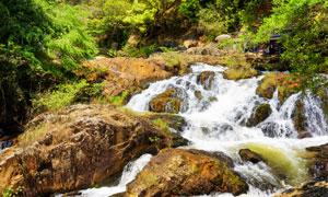 石头上顺流而下的瀑布摄影高清图片