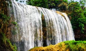 倾泻进山涧的瀑布风光摄影高清图片
