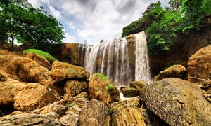 瀑布与山间的乱石风光摄影高清图片