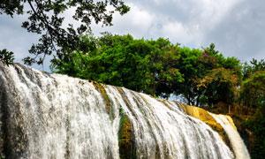 滑落进山涧的瀑布景观摄影高清图片