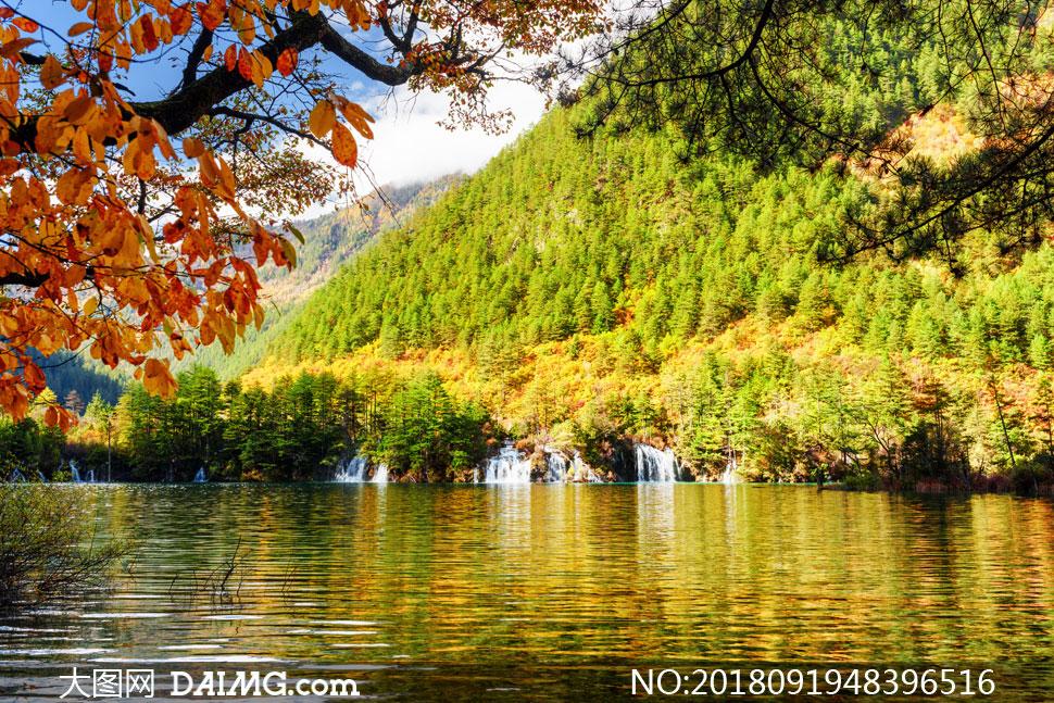 秋天山脚下的湖水风景摄影高清图片