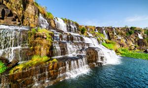 冲刷着岩石的瀑布风光摄影高清图片