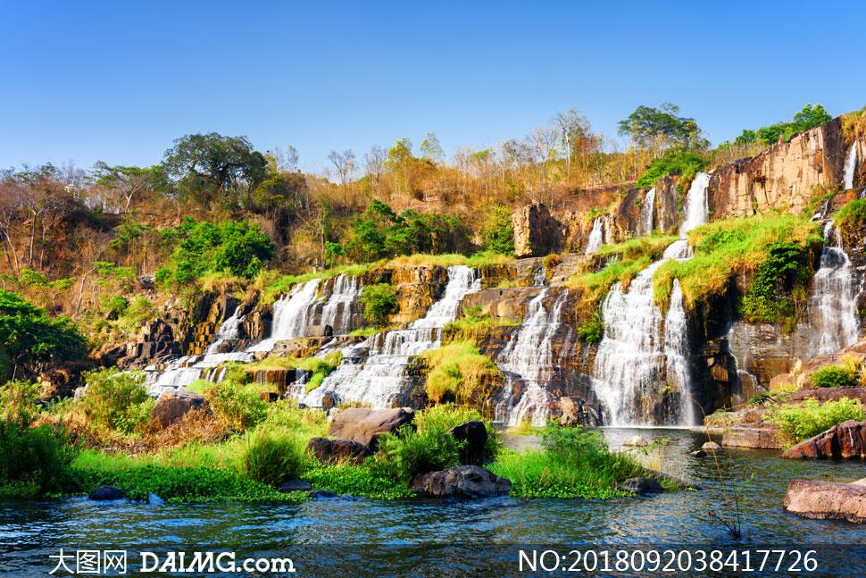 蓝天杂草瀑布自然风景摄影高清图片