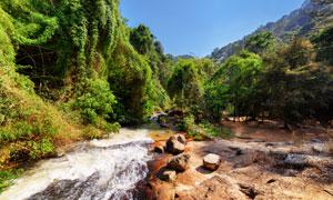 在山间流淌的溪水风景摄影高清图片