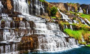 景区里顺势而下的瀑布摄影高清图片