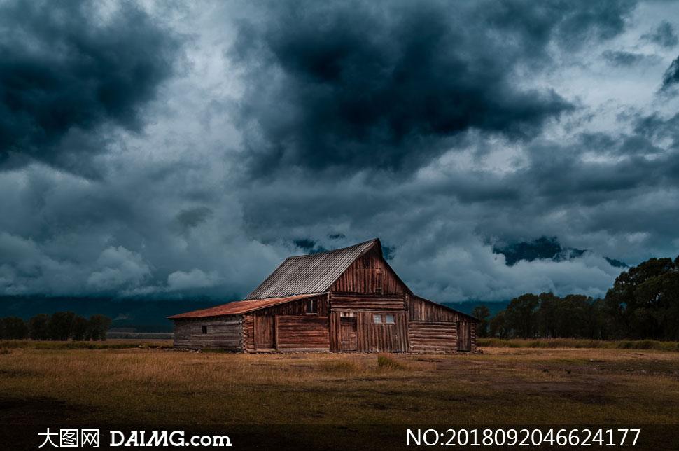 风景风光郊外野外黑云乌云云层云彩多云天空房子房屋树木树丛草地荒草