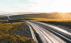 阳光下的高速公路摄影图片