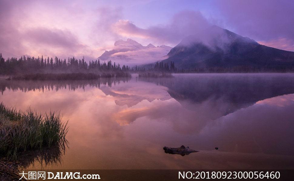 山林中的湖泊倒影摄影图片