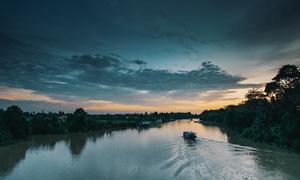 夕阳下的河流美景摄影图片