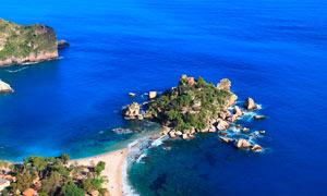 蓝色海洋和小岛摄影图片