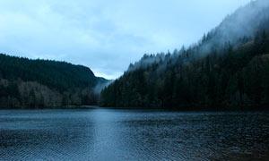 山脚宁静的湖泊美景摄影图片