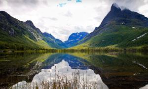 山脚美丽宁静的湖泊摄影图片