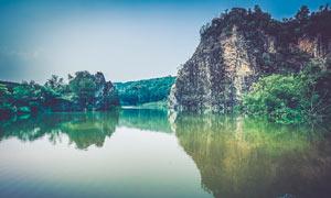 山间宁静的湖泊美景摄影图片