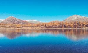 蓝天下美丽的湖泊美景摄影图片