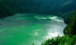 山间碧绿的湖泊美景摄影图片