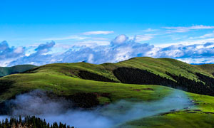 蓝天下的草原风光高清摄影图片
