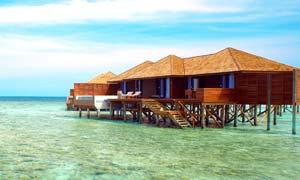 马尔代夫海边房屋摄影图片