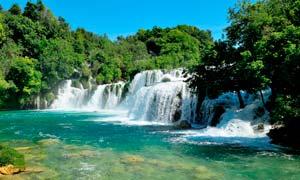 山中美丽的瀑布景观摄影图片