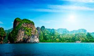 蓝天下的青山绿水景观摄影图片
