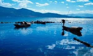 海边正在打渔的渔民摄影图片