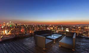 阳台上观看城市美丽夜景摄影图片