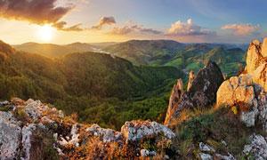 阳光照耀下的连绵群山风光高清图片