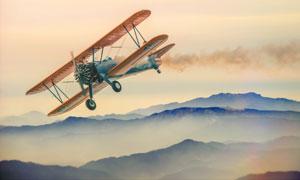 飞在天空中的老式飞机摄影高清图片