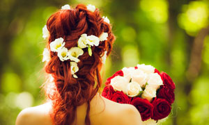 拿着一束花的新娘人物背影高清图片
