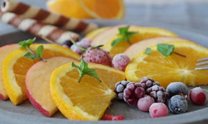 盘子里的新鲜水果特写摄影高清图片