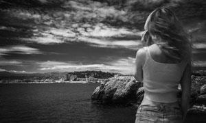 站在大海边的美女黑白摄影高清图片