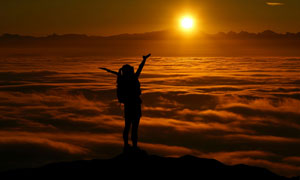山顶上面朝云海的人物摄影高清图片