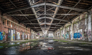 到处是涂鸦的废弃厂房摄影高清图片