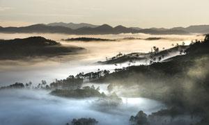 云雾笼罩中的群山风景摄影高清图片