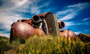 蓝天白云与草丛中的老爷车高清图片