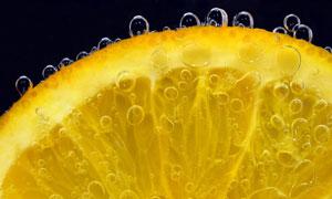 水中冒着泡泡的柠檬片摄影高清图片