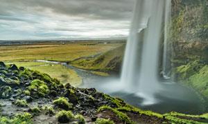 山崖上倒挂的瀑布风光摄影高清图片