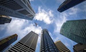 城市建筑与空中的飞机摄影高清图片