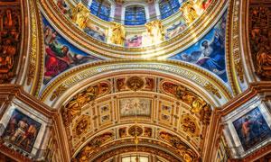 建筑物内部金碧辉煌的穹顶高清图片