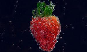 水中有泡泡的草莓特写摄影高清图片
