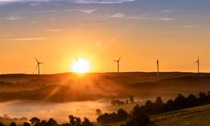 黄昏夕阳下的风力发电设施高清图片