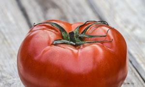 放在桌上的一只西红柿摄影高清图片